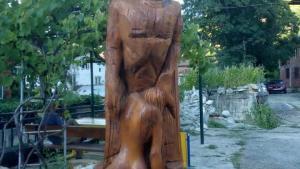 Скандална скулптура докара туристи в село Пирин