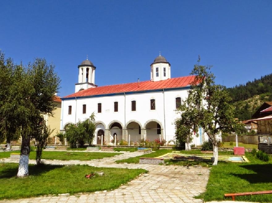 Покривът на църквата в Якоруда е готов